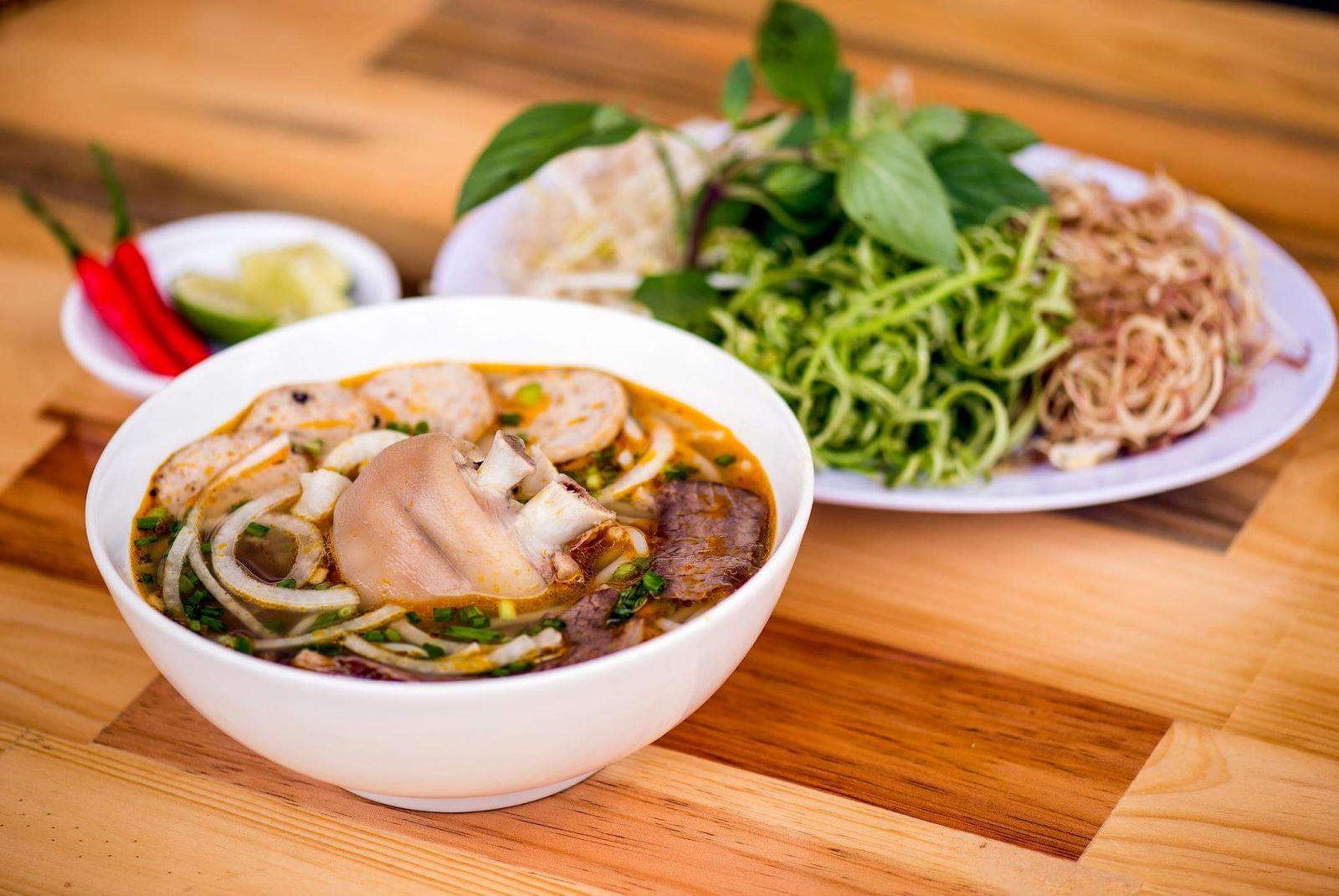Bun-bo-hue-Recipe–Vietnamese-spicy-Vietnamese-beef-noodle-soup 1