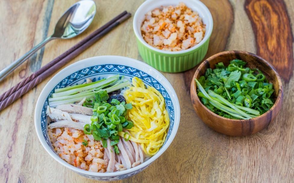 Vietnamese-Bun-Thang-Recipe–Vermicelli-noodles-soup-with-pork-chicken-egg 1